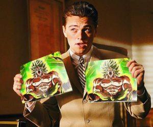 Leonardo DiCaprio mit Bildern von Broly in der Hand