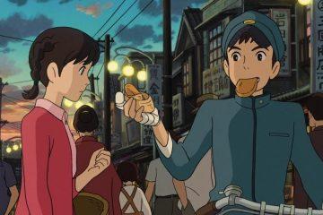 Die Hauptcharaktere von Mohnblumenberg: Einer befindet sich rechts und sitz auf einem Motorrad. Dabei reicht er ein Stück Brot der anderen Person links.